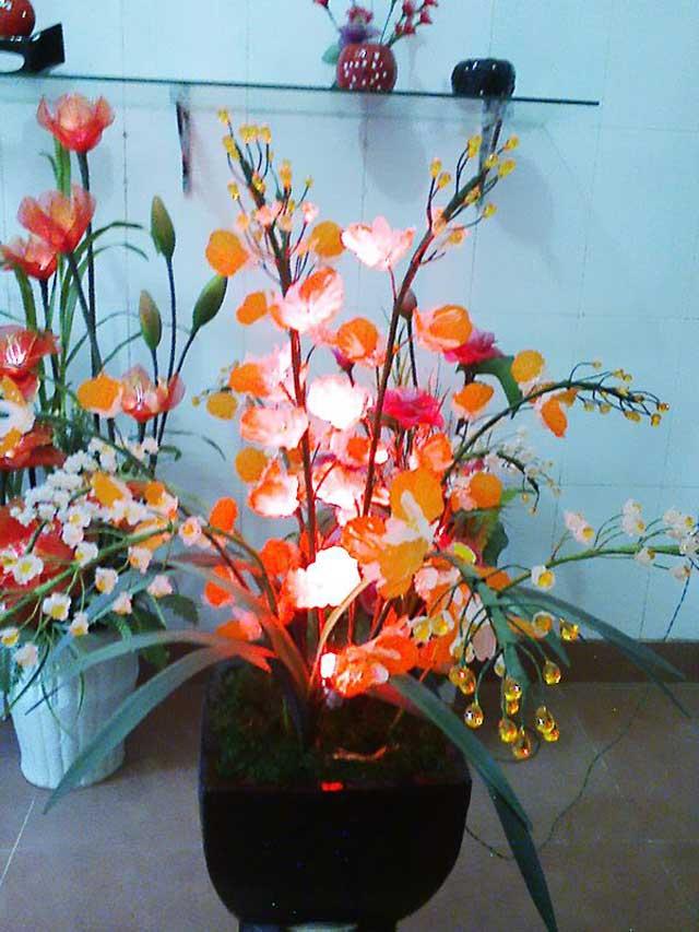 Hoa lan pha lê dưới ánh đèn