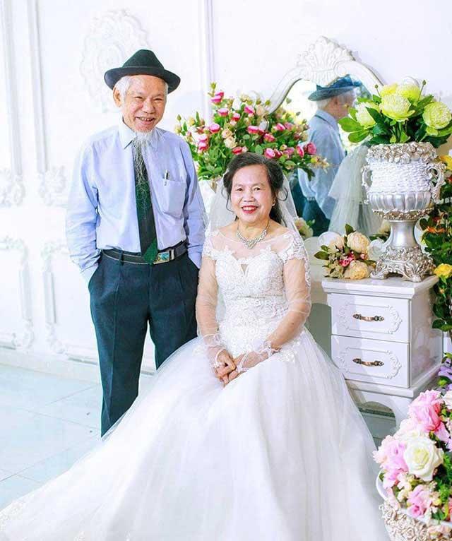 Chụp ảnh kỷ niệm ngày cưới khi về già