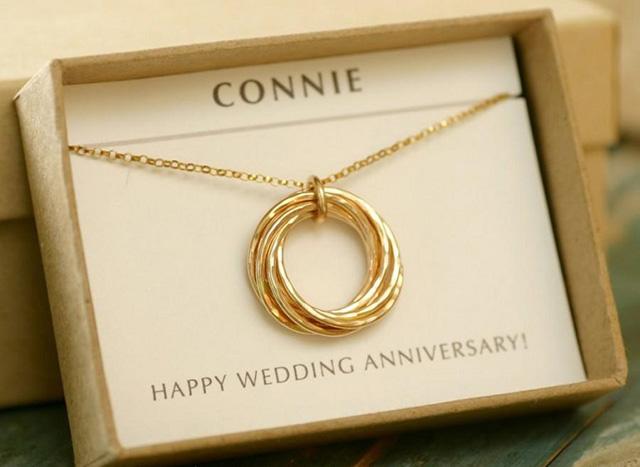 Tặng dây chuyền kỷ niệm ngày cưới