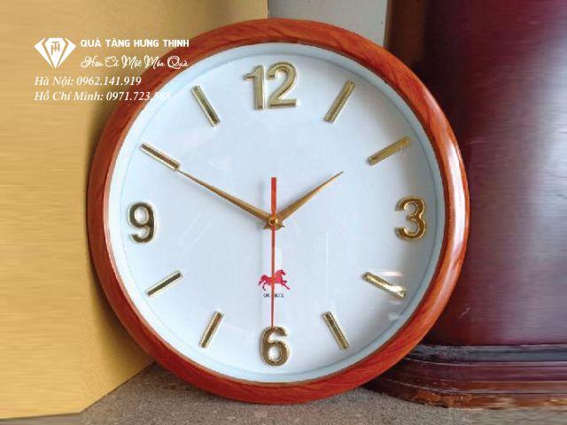 Đồng hồ treo tường màu gỗ