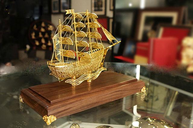 Tặng khách hàng vip thuyền mã vàng