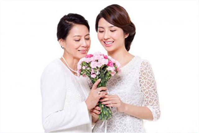 Tặng hoa tươi cho mẹ chồng