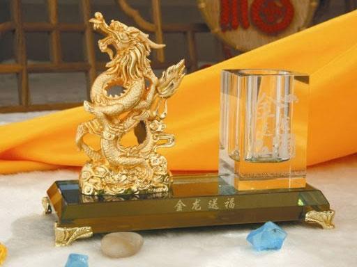 Một biểu tượng con rồng phong thuỷ để bàn