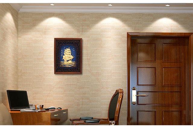 Một bức tranh thuyền buồm vàng treo tường