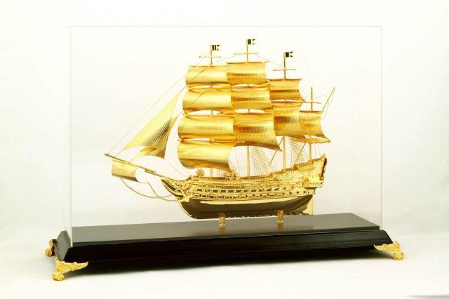 Quà tặng mô hình thuyền buồm mạ vàng ý nghĩa thành công