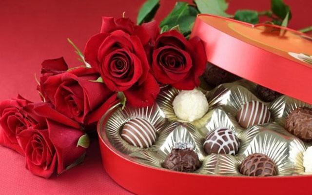 Tặng hoa hồng và socola