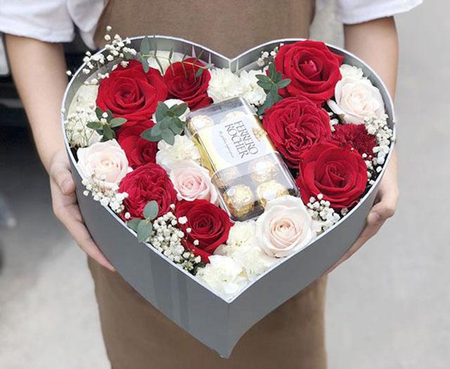Tặng socola và hoa hồng nhân ngày valentine