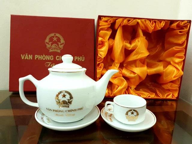 Quà tặng Hưng Thịnh có quy trình sản xuất ấm chén in logo tiêu chuẩn