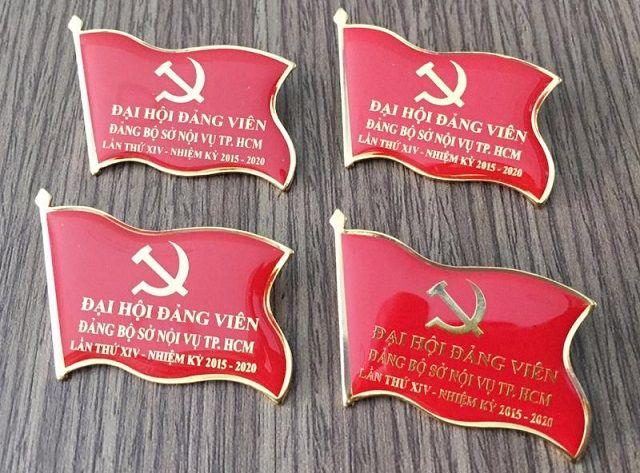 Quà tặng huy hiệu cờ Đảng