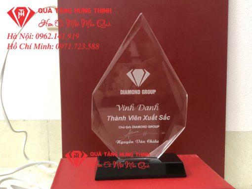 Kỷ niệm chương pha lê vinh danh nhân viên xuất sắc