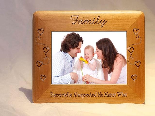 Khung ảnh gia đình dành tặng sinh nhật bố là món quà ý nghĩa nhất về tinh thần. Ảnh: Internet