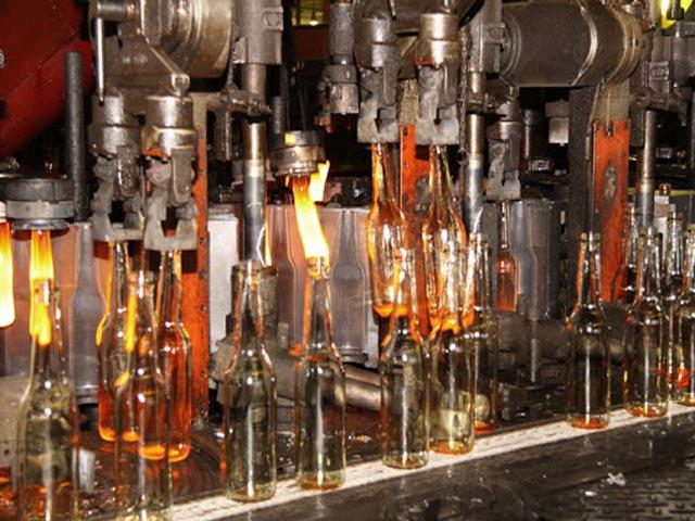Thủy tinh được sản xuất với nhiều công đoạn bằng các máy móc hiện đại. Ảnh: Internet.