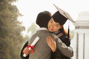 """Những mẫu quà tặng tốt nghiệp """"hot"""" nhất 2021 nên chọn"""