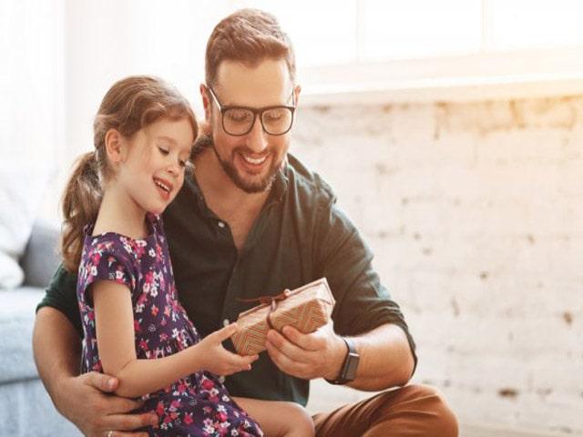 Món quà sẽ càng thêm ý nghĩa với bố nếu như người tặng là những người con bé bỏng của mình. Ảnh: Internet