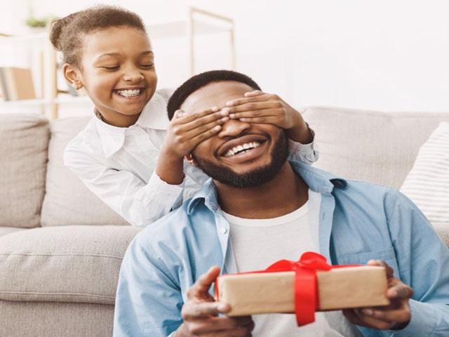 Món quà sinh nhật ý nghĩa nhất dành tặng bố mang cả giá trị sử dụng lẫn tinh thần. Ảnh: Internet