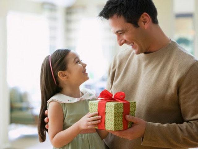 Nắm được sở thích giúp chúng ta dễ dàng chọn quà sinh nhật dành tặng bố. Ảnh: Internet