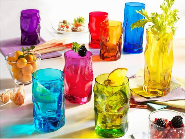 Một số chất hóa học phù hợp sẽ giúp thủy tinh có nhiều màu sắc. Ảnh: Internet.