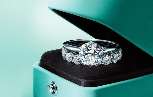Mẫu nhẫn đeo tay thuộc thương hiệu Tiffany & Co.