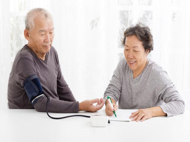 Những chiếc máy đo sức khỏe ông bà luôn cần thiết. Ảnh: Internet