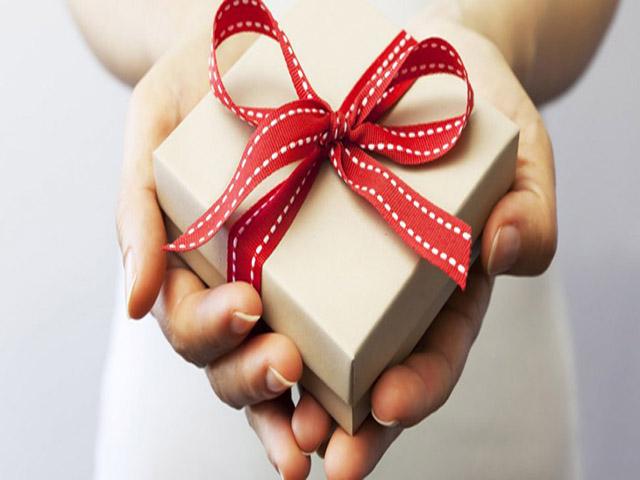 Bạn nam chọn quà tặng bạn gái dựa theo sở thích. Ảnh: Internet