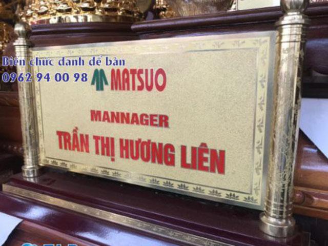 Bảng tên giám đốc mẫu cuốn thư mạ vàng thuộc dòng bảng tên cao cấp