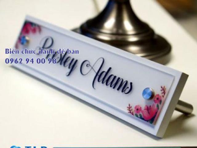 Bảng tên giám đốc mica in hoa có hoa văn đẹp mắt và sáng tạo