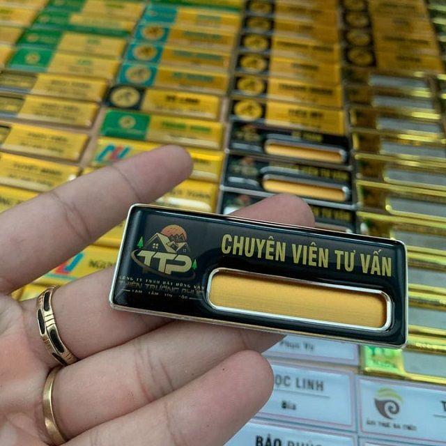 Quà tặng Hưng Thịnh sản xuất bảng tên nhân viên đồng giá tốt